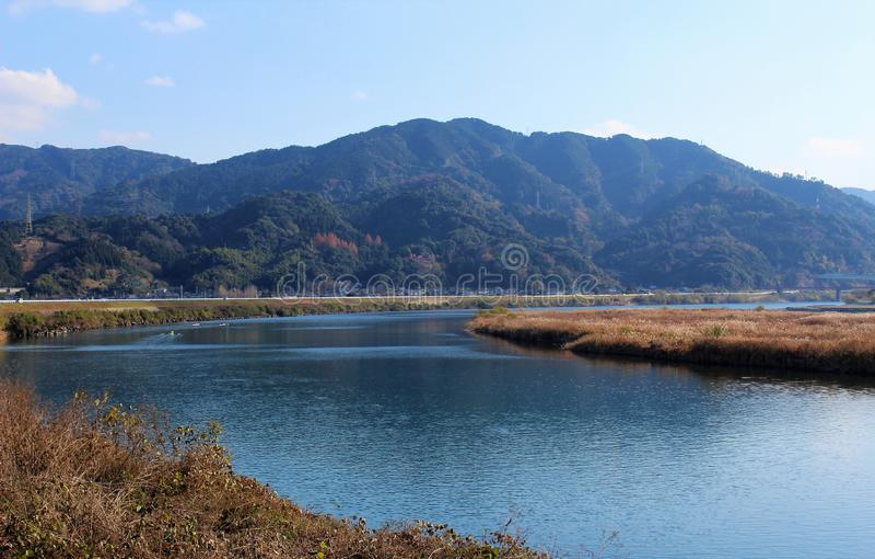 Woda płynie tranquilly blisko usta Kuma rzeka w Japonia zdjęcie royalty free