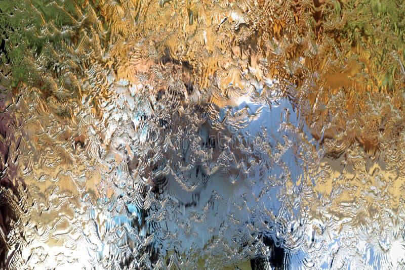 Woda płynie wzdłuż ściany lustro, horyzontalna abstrakcjonistyczna tekstura, błyszczący tło obrazy stock
