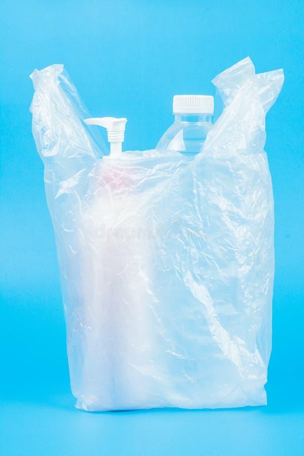 Woda pitna i płukanki butelka w plastikowym worku obraz royalty free