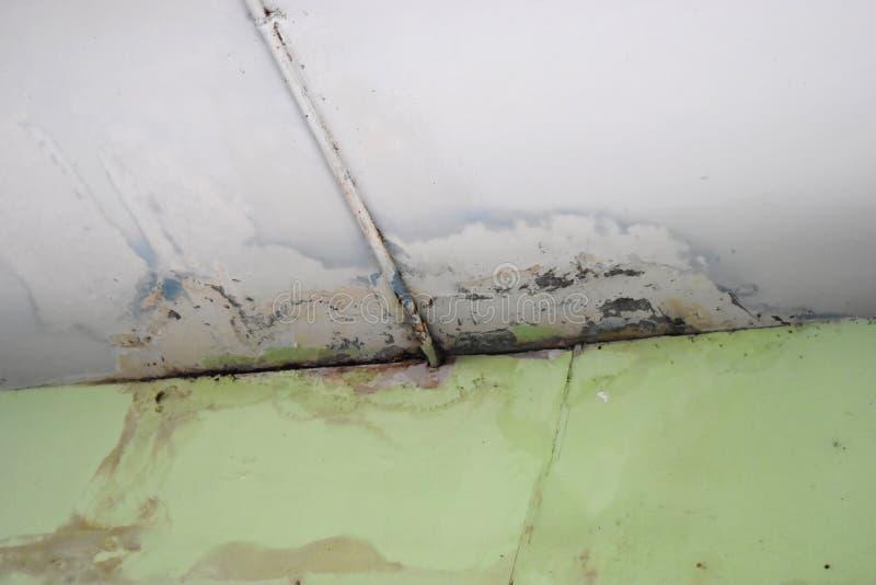 Woda przepuszcza na podsufitowej powoduje szkodzie fotografia royalty free