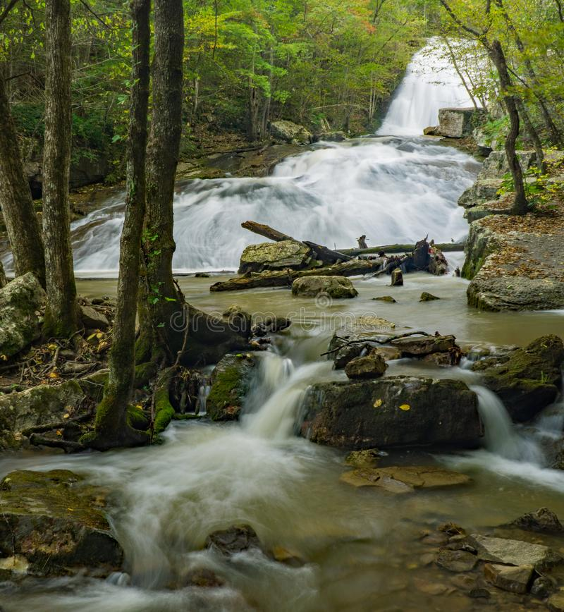 Woda przy huczenie bieg siklawą fotografia royalty free