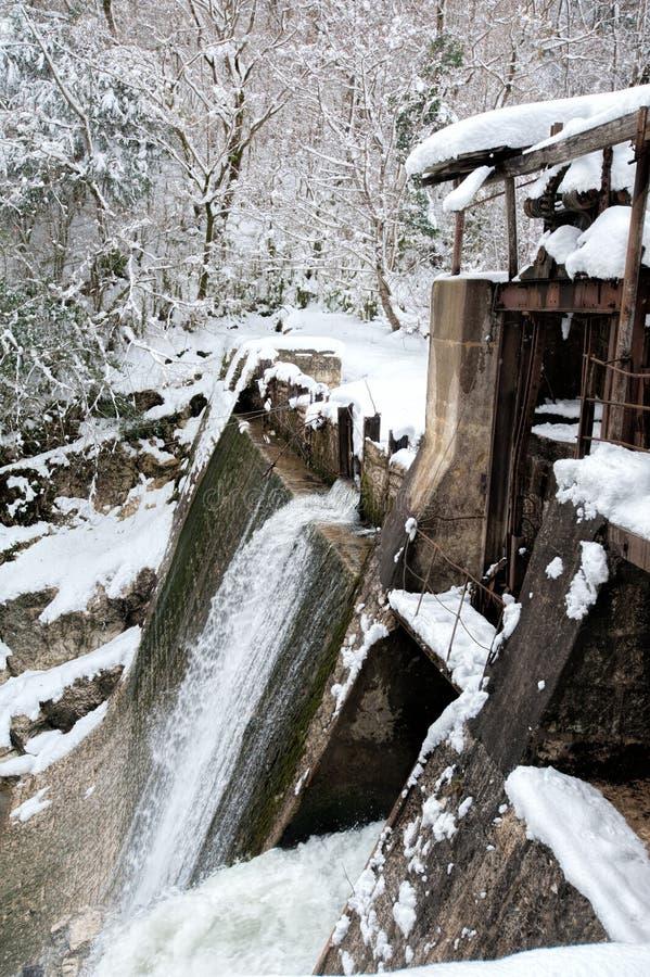 Woda uwalnia od zaniechanej tamy Beslet, Abkhazia zdjęcia royalty free