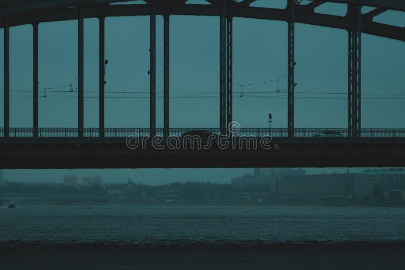 Woda w deszczowym dniu z częścią most podeszczowy spadać na rzece obrazy royalty free