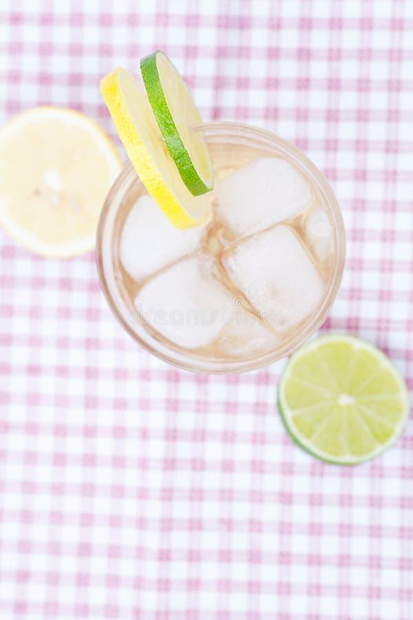 Woda z cytryną i wapnem obrazy stock