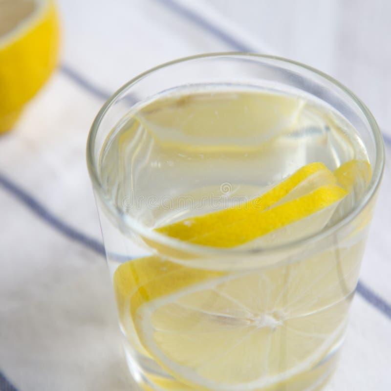 Woda z cytryną w szkle na płótnie, boczny widok Dieta ciężaru strata i zdrowy łasowanie fotografia stock