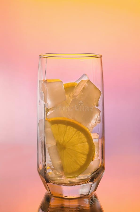 Woda z lodem i cytryną obrazy royalty free