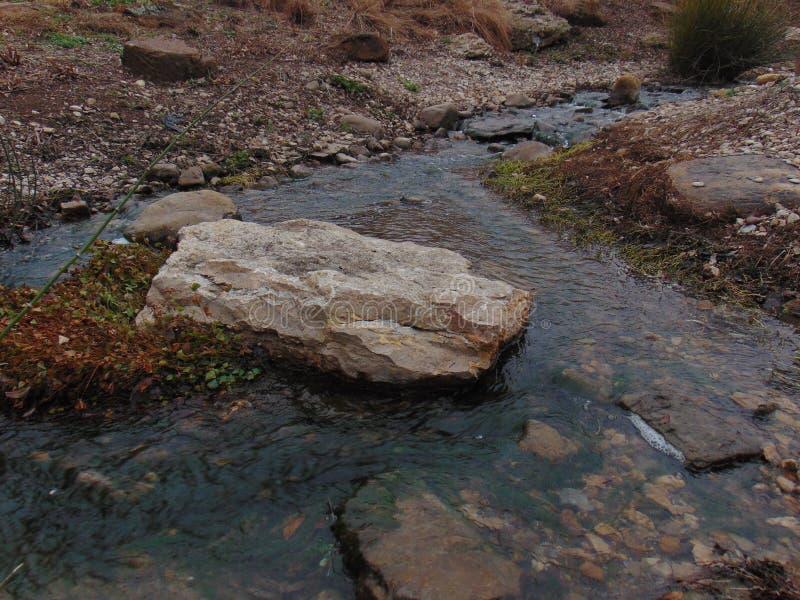 Woda z skałami obraz stock