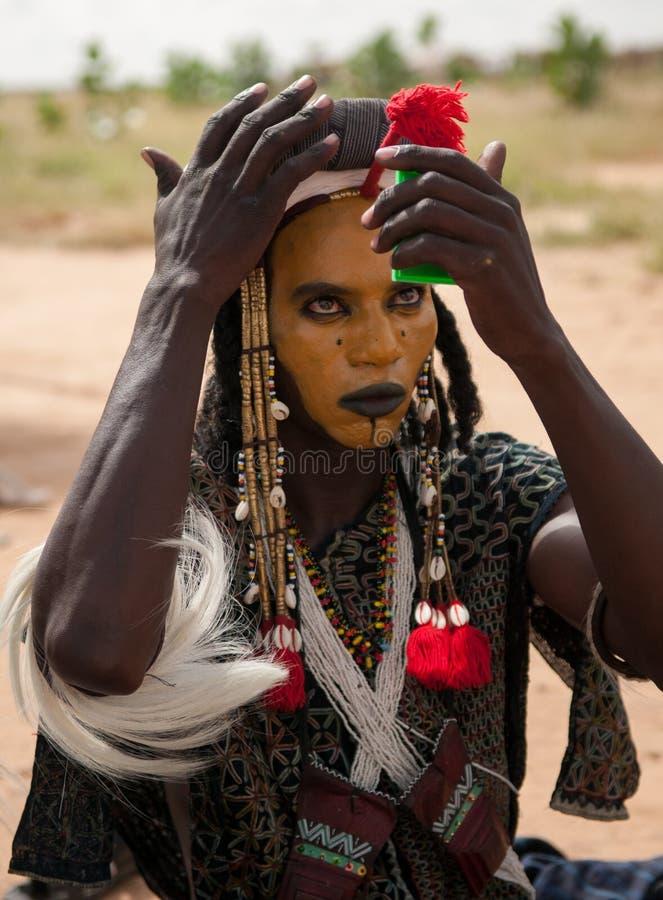 Wodaabe mężczyzna sprawdza makeup w lustrze, Gerewol, Niger obrazy royalty free