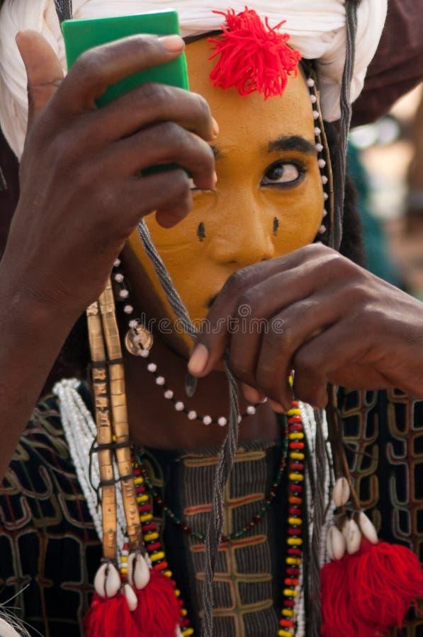 Wodaabe mężczyzna sprawdza makeup w lustrze, Gerewol, Niger obraz royalty free
