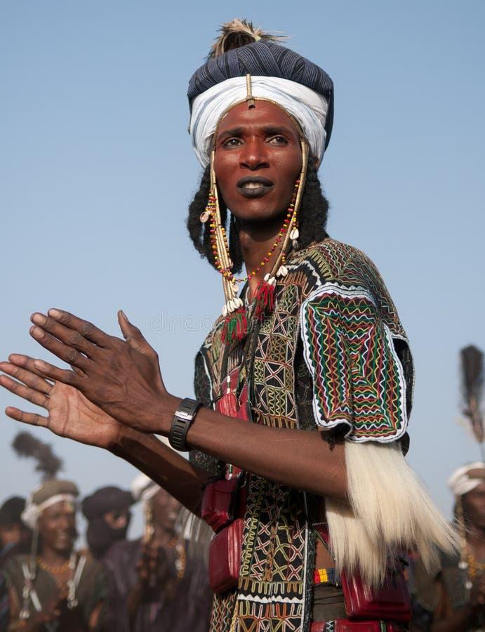 Wodaabe mężczyzna tanczy Yaake tana, lekarstwo Salee, Niger obrazy stock