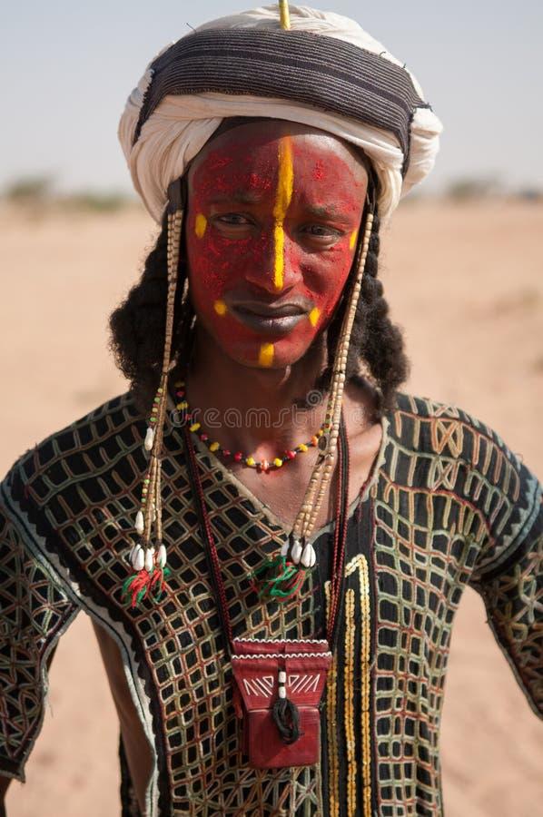 Wodaabe mężczyzna w tradycyjnym kostiumu, lekarstwo Salee, Niger fotografia royalty free