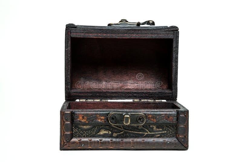 wodden葡萄酒箱子,在白色背景的胸口 前面,被打开 库存照片