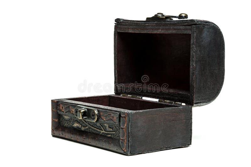 wodden葡萄酒箱子,在白色背景的胸口 边,被打开 库存图片