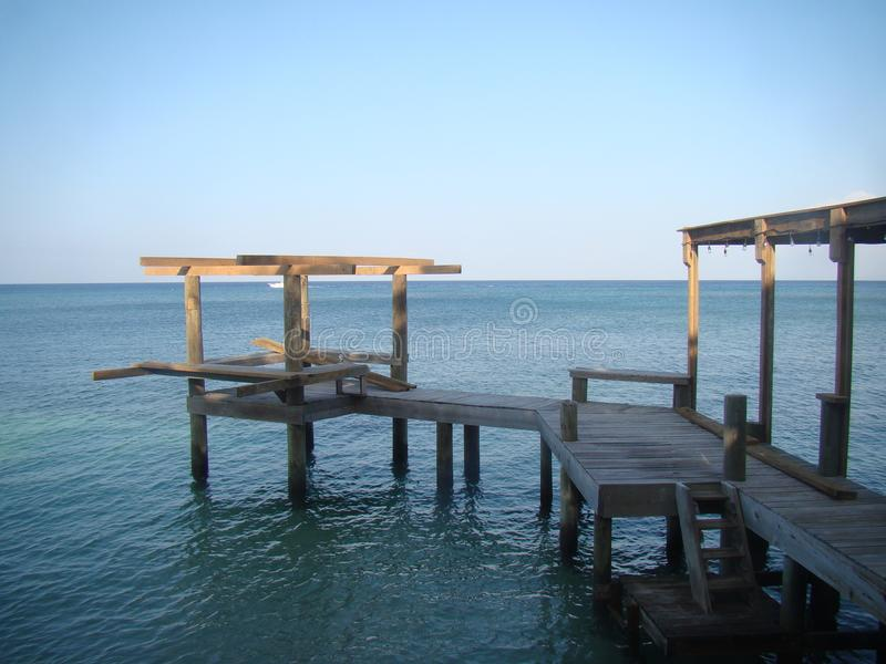 Wodden dok na morza karaibskiego Roatan zatoki wyspach Honduras fotografia stock