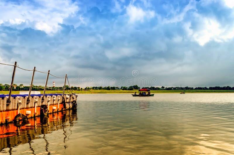 Woden小船航行在allahabad印度亚洲的圣洁ganga水中 免版税图库摄影