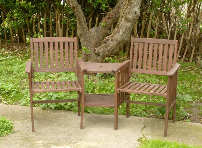 Woden Gartenstühle lizenzfreie stockfotos