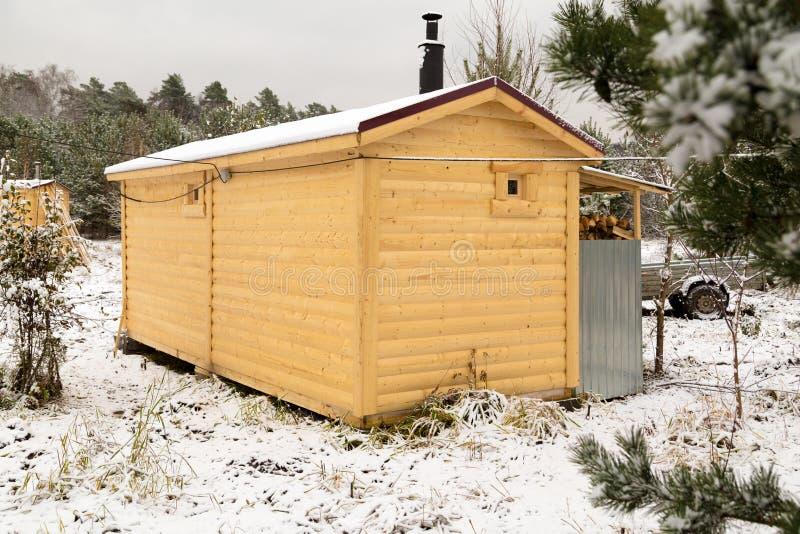 Woden kabin Bastu med vedträlagret royaltyfri foto