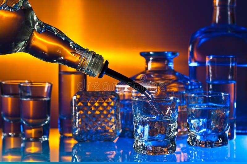 Wodka auf Glastisch lizenzfreies stockbild