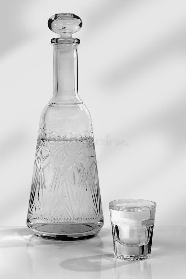 Wodka in einem Dekantiergefäß und in einem Glas lizenzfreies stockbild