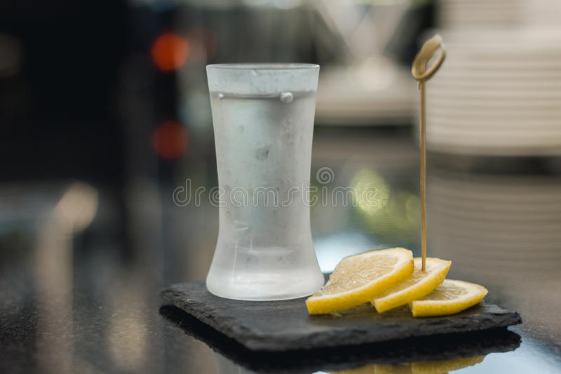 Wodka geschossen mit Zitronenscheiben lizenzfreies stockfoto
