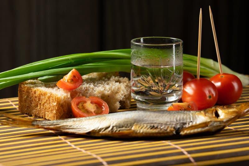 Wodkafisch-Tomatenfr?hlingszwiebeln des Stilllebens alkoholische lizenzfreie stockfotografie