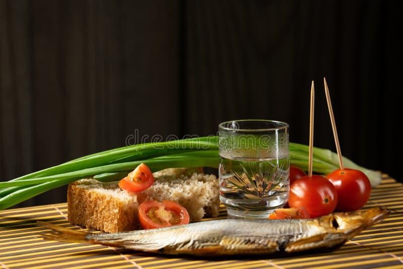 Wodkafisch-Tomatenfr?hlingszwiebeln des Stilllebens alkoholische lizenzfreie stockbilder