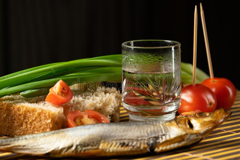 Wodkafisch-Tomatenfr?hlingszwiebeln des Stilllebens alkoholische stockbilder