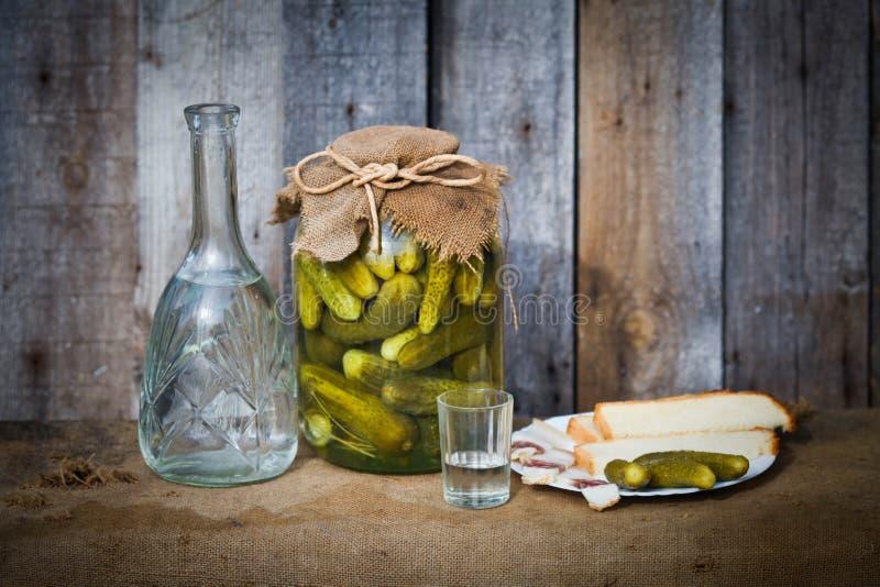 Wodkakaraf, groenten in het zuur en snack stock foto's