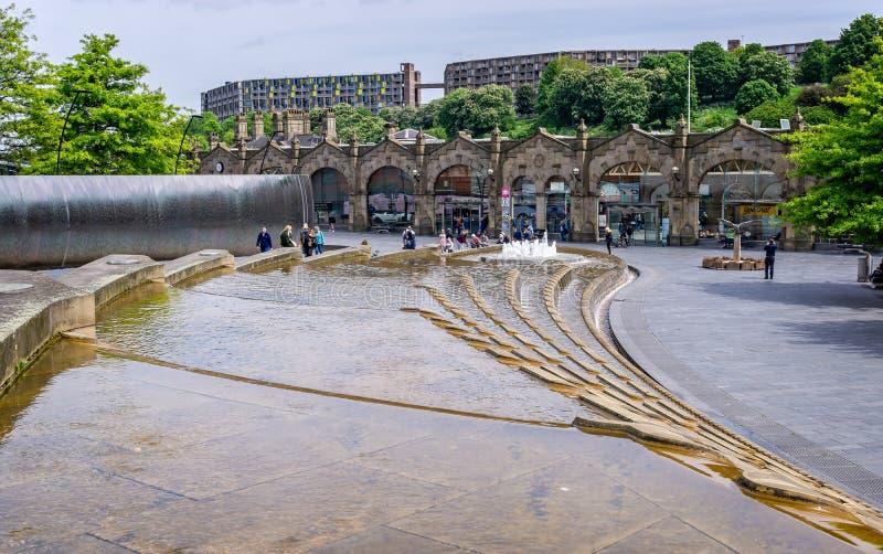 Wodna cecha w snopie kwadrata przodu Sheffield stacja kolejowa obrazy royalty free