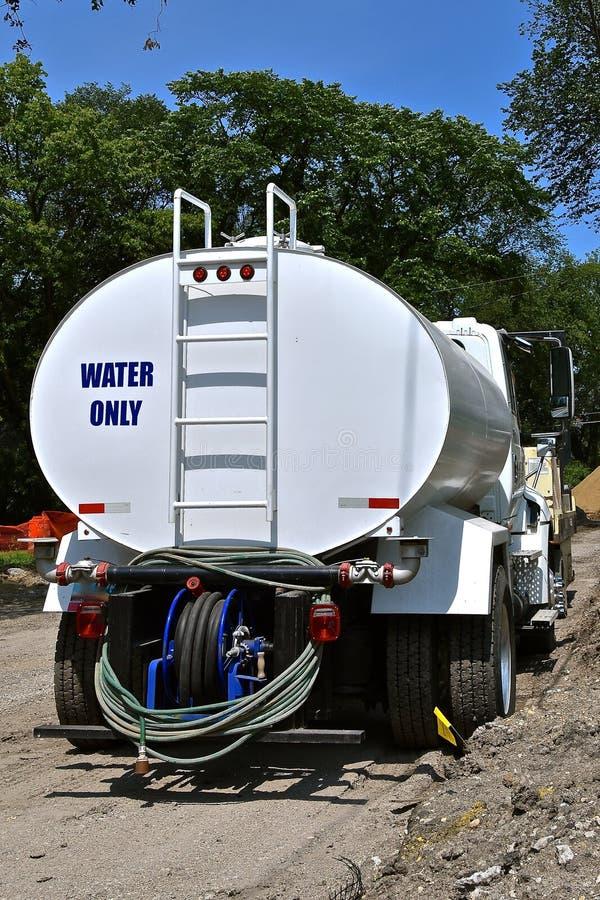 Wodna ciężarówka używać w budowie drogi obraz stock