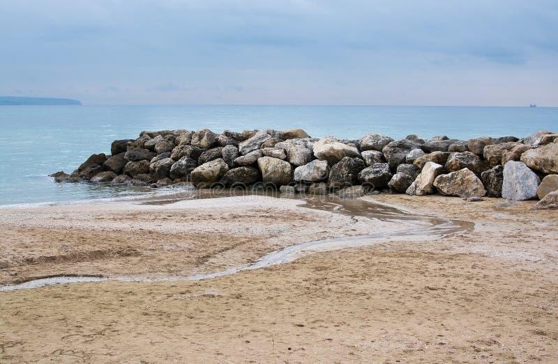 Wodna i skały zimy plaża zdjęcie stock