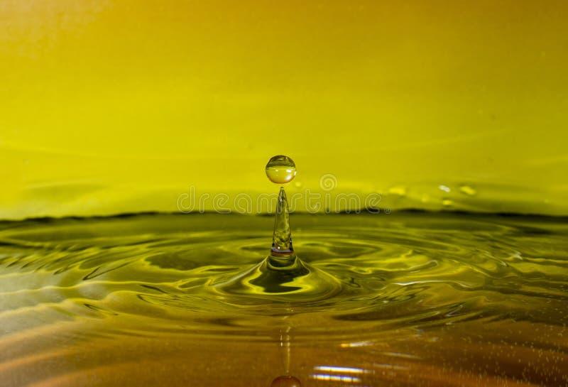 Wodna kropla na żółtym tle obraz royalty free