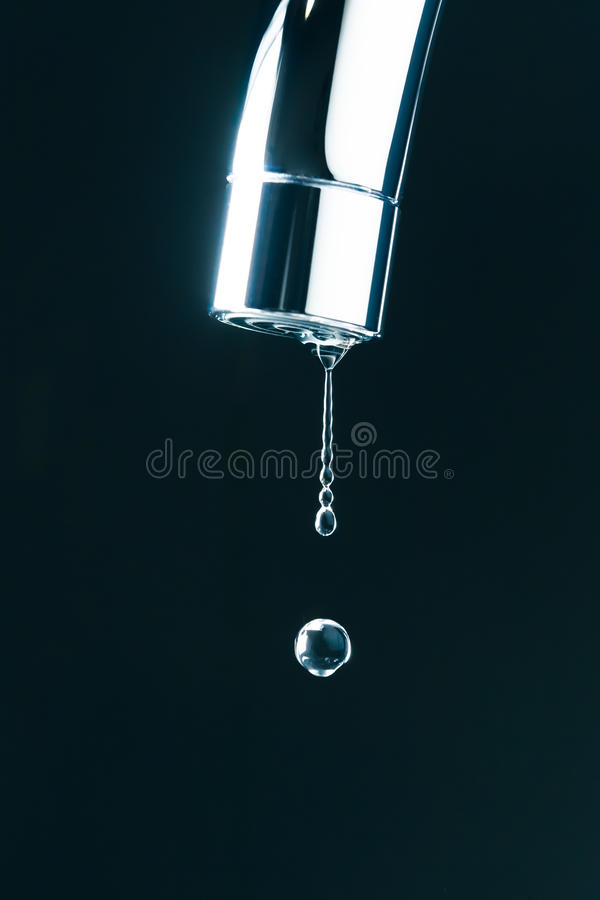 Wodna kropla na faucet obraz royalty free