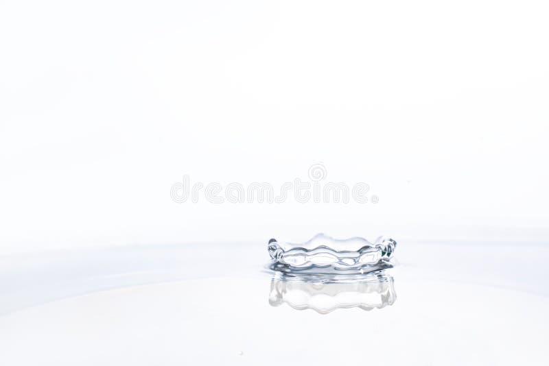 Wodna kropla na wodnym tle obrazy stock