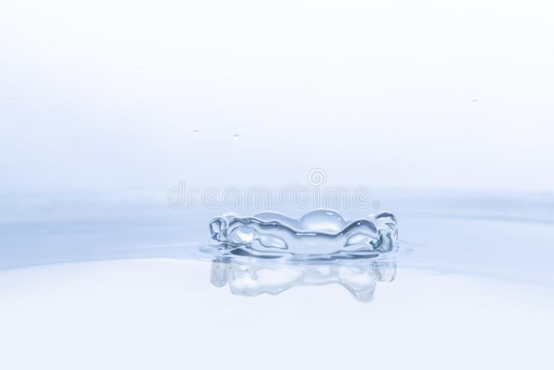 Wodna kropla na wodnym tle zdjęcie royalty free