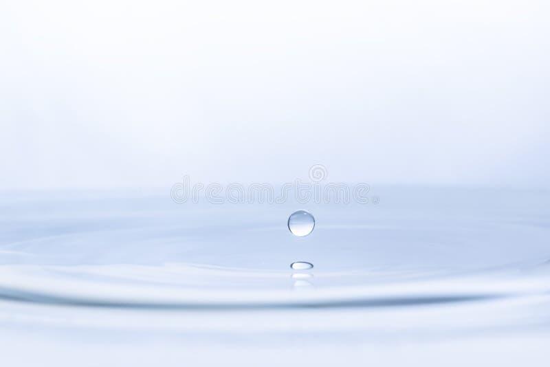 Wodna kropla na wodnym tle obraz royalty free