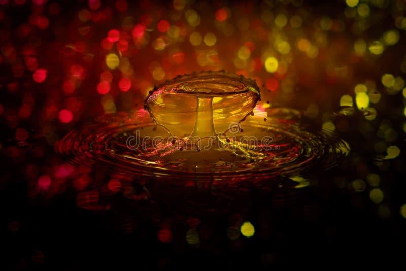 Wodna kropla z bokeh światłami zdjęcie royalty free