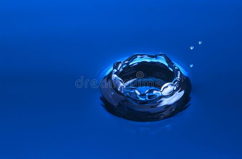 Wodna kropla zamknięta w w górę błękita obrazy stock