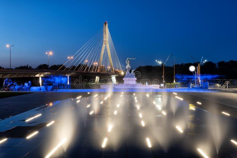 Wodna mgła Iluminująca fontanna w Warszawa przy nocą zdjęcia royalty free