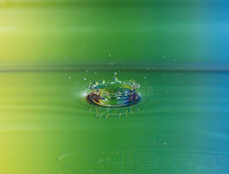Wodna opadowa korona z kolorowym tłem fotografia stock