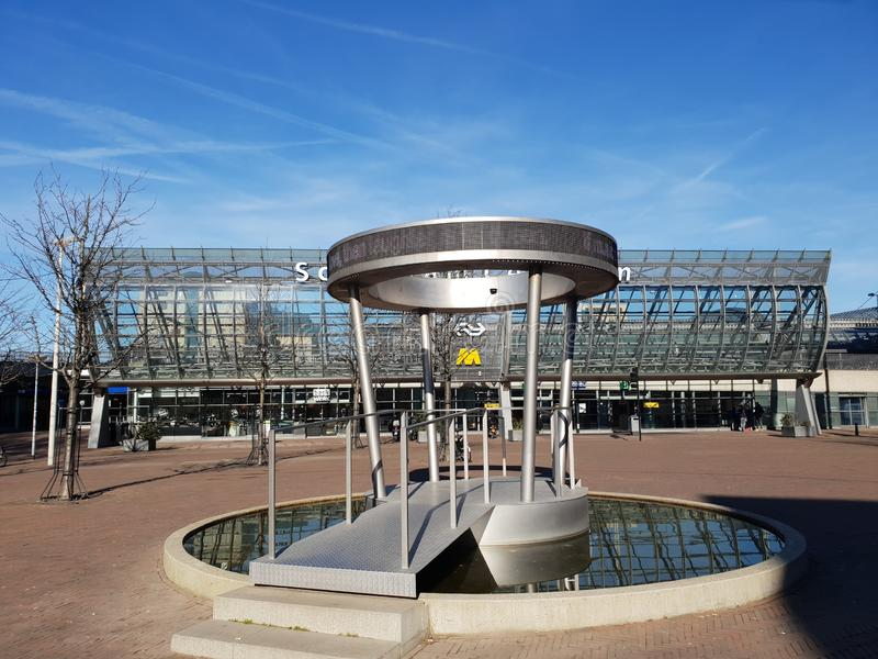 Wodna sztuka wymieniał Społeczeństwa Poezja pawilon przed Schiedam centrum dworcem obrazy royalty free