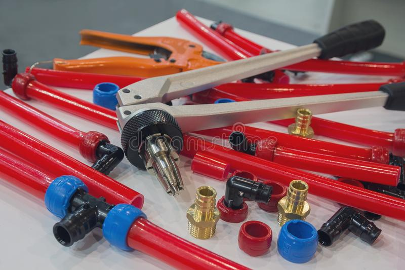 Wodne drymby PEX i montaży narzędzia na stole obrazy stock