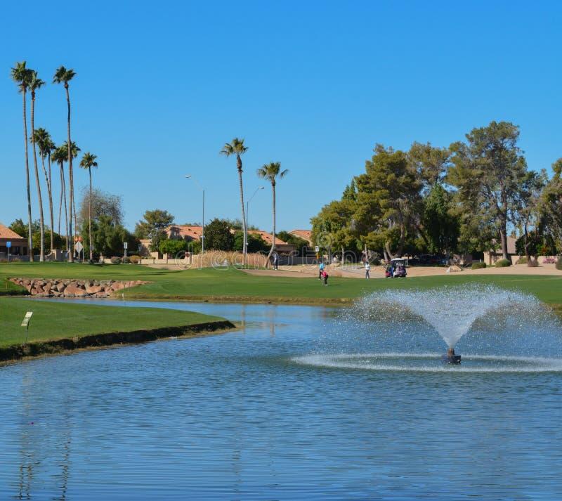 Wodne fontanny i drzewka palmowe w Maricopa okręgu administracyjnym, Glendale, Arizona fotografia royalty free