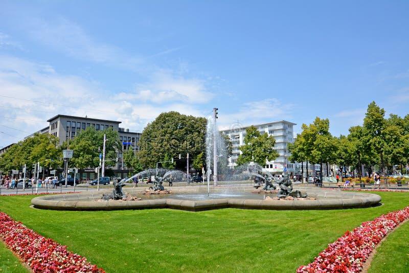 Wodne fontanny z mermen i rybią opryskiwanie wodą w centrum miasta Mannheim na kwadracie dzwonili «Friedrichsplatz przed fotografia stock
