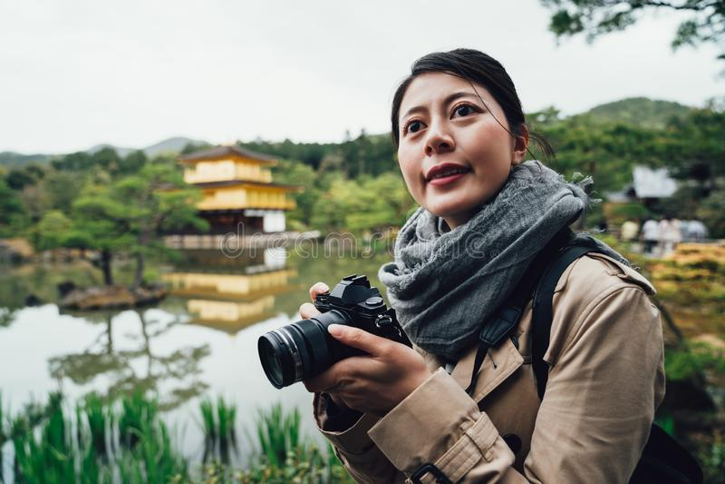 Wodnego stawu natura wokoło jeleniej ogrodowej świątyni fotografia stock