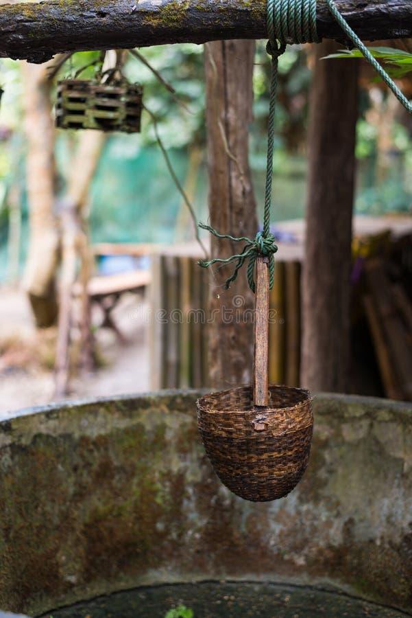Wodnego well i kwiatu dekoracja w kraju popiera kogoś obrazy royalty free