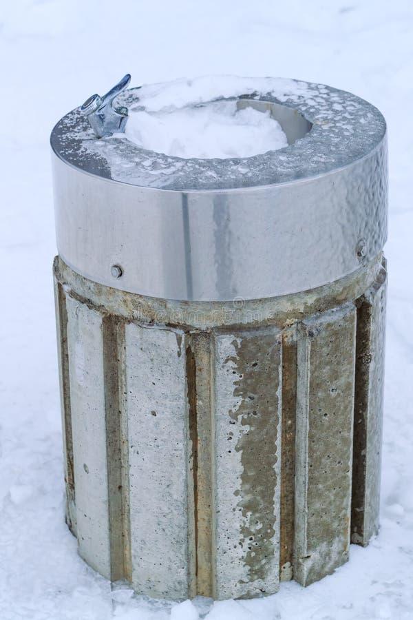 Wodnej aptekarki marznący publicznie i snowed park, zima dzień fotografia stock