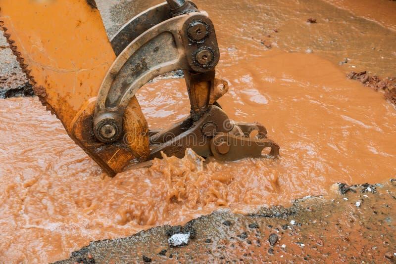 Wodnej drymby przerwa, przepuszcza od dziury w drodze zdjęcie stock
