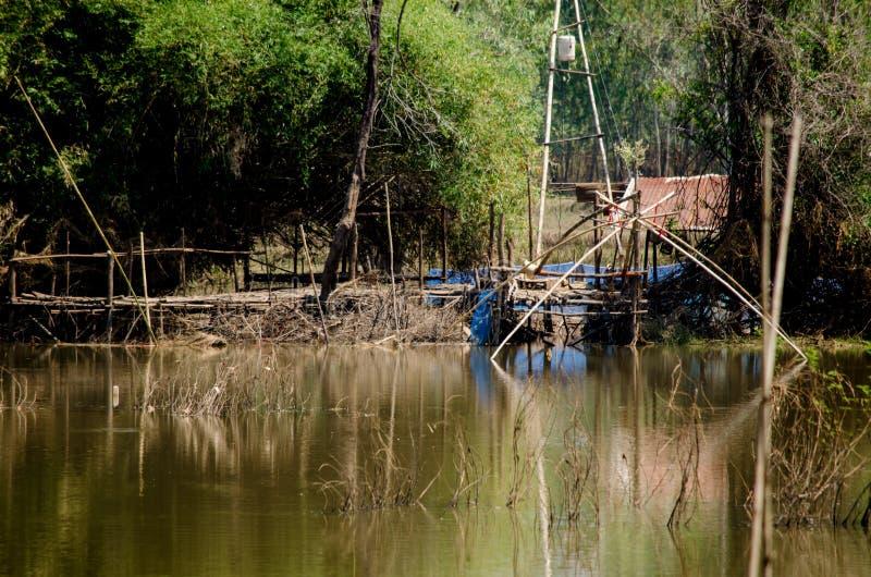 Wodni pułapek narzędzia przy wiejskim kanałem Tajlandzcy ludzie zdjęcie royalty free