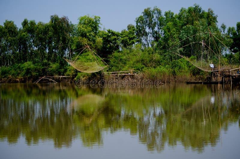 Wodni pułapek narzędzia przy wiejskim kanałem Tajlandzcy ludzie obraz stock